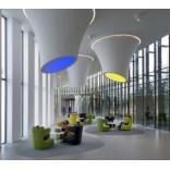 Офисные светильники в виде конусов свисают с потолка