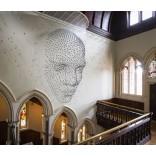 Оформление стен: огромное 3D лицо из 2 000 металлических звёзд
