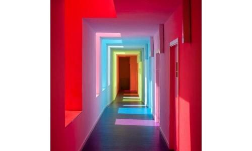 Белые стены — цветные стёкла