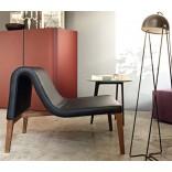 Кожаное кресло оригинальной формы