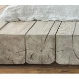 Ничего лишнего; кровать из толстых бревен