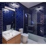 Идеи оформления ванной: глянцевая плитка Метро