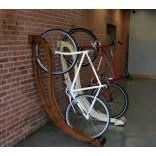 Деревянная стойка для велосипеда как оригинальный предмет интерьера