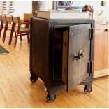 Отличная идея: старый сейф как прикроватная тумбочка