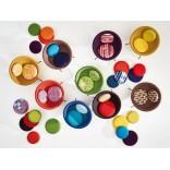 Разноцветные кресла в виде чаши и со вкусом подобранные подушки