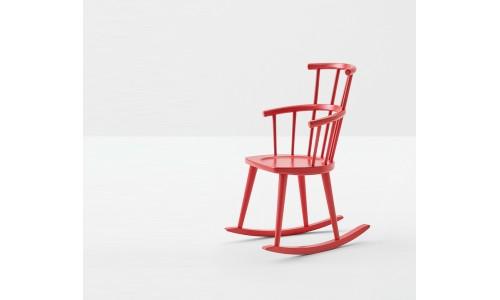 Красное кресло-качалкаi в лакированной древесине