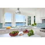 Идеи кухни в частном доме: окно над столешницей
