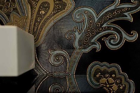 Оформление стен. Итальянская плитка, блестящие цветочные узоры на черном фоне фото