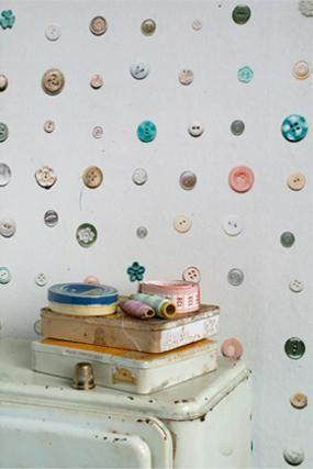 Детские обои. Пуговки пришитые прямо к стене, яркие, оригинальные и экологичные.