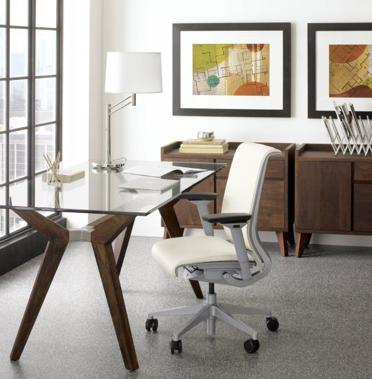 Домашний офис. Белое эргономичное кресло