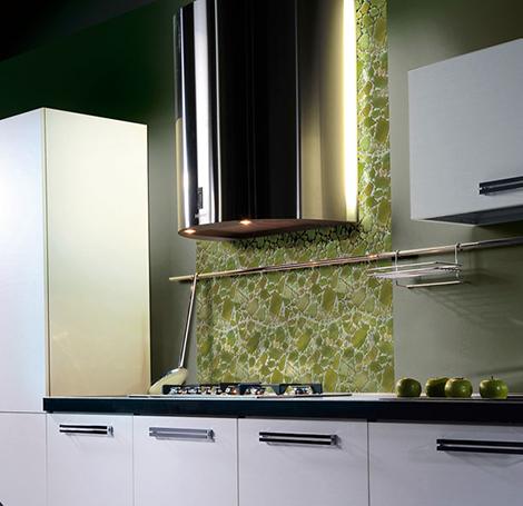 Мозаичная плитка зеленоватых тонов в оформлении кухни