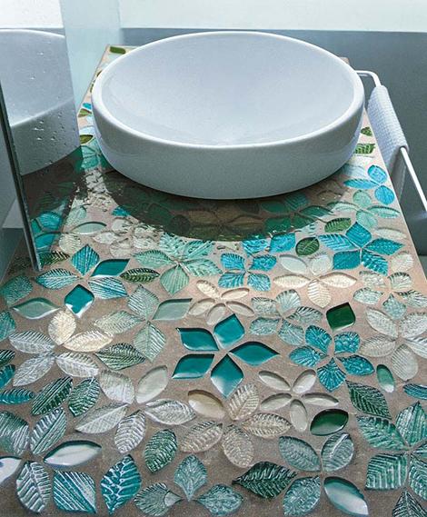 Мойка для ванной на подставке из мозаичной плитки
