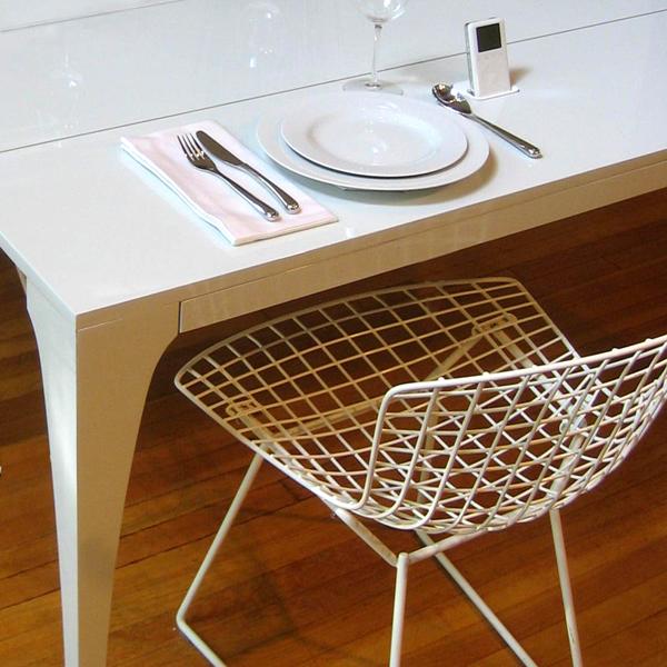 Белый полированный стол для кухни