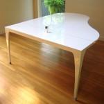 Обеденный стол с возможностью подключения iPhone