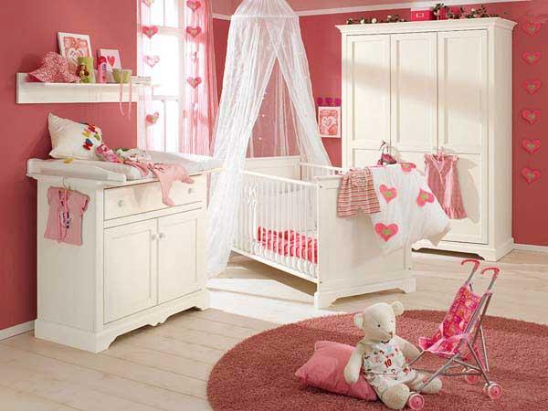 Интерьер детской. Сочетание белого и розового цветов