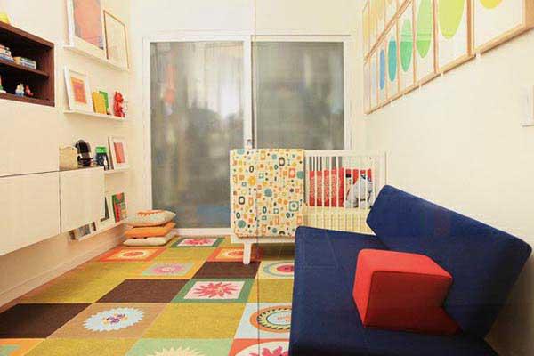 Контрастные геометрические фигуры на ковре и стенах детской комнаты