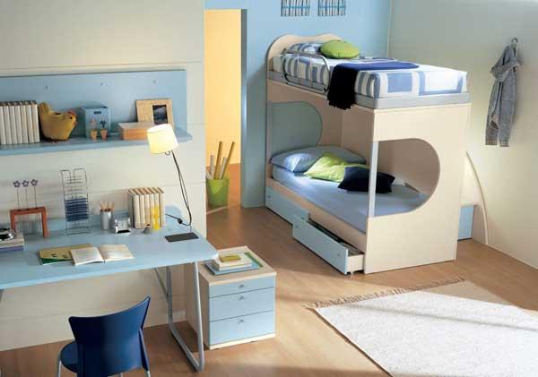 Детская двухъярусная кровать небольшого размера