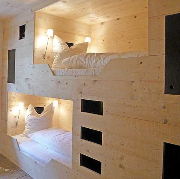 Десткие кровати из светлого дерева. Стационарно закрепленные у стены