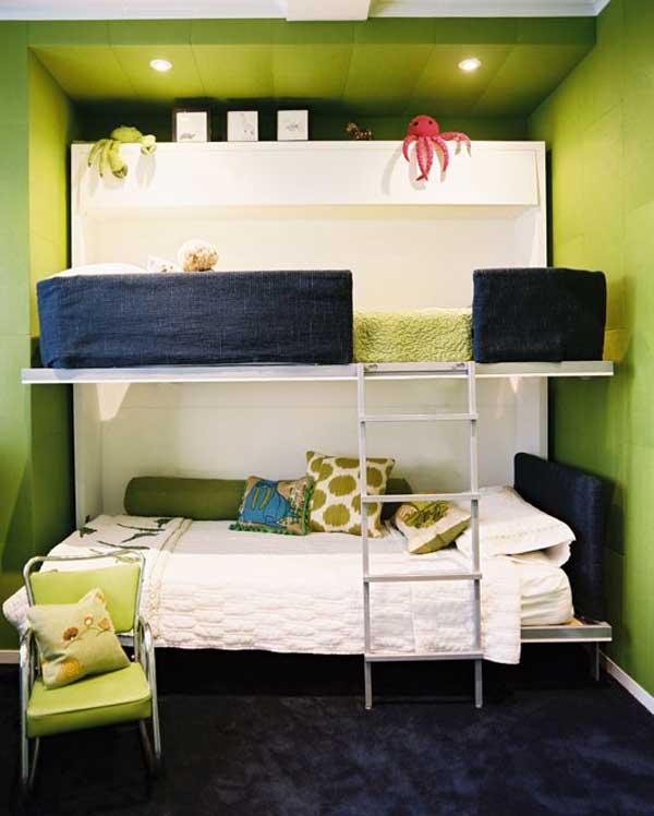 Пример организации 2 спальных мест одного над другим в узкой комнате