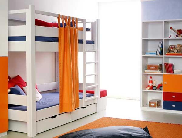 Единый стиль оформления детской комнаты, 2-ярусные кровати и стеллажи
