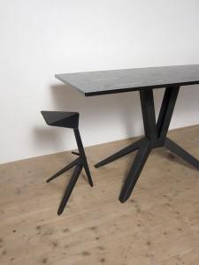 Оригинальный рабочий стол и табурет