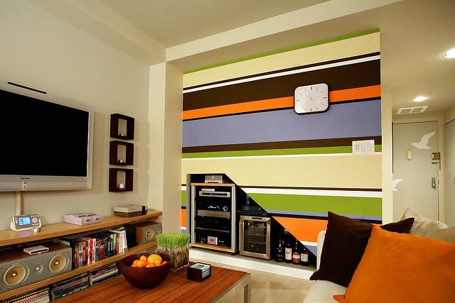 Контрастные полосы в дизайне комнаты