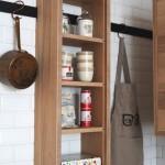 Дизайн кухни -- открытые полки из дубового шпона