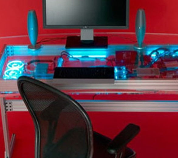 Оригинальный компьютерный стол с водяным охлаждением