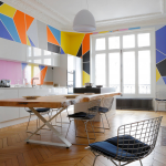 Белые стены с яркими геометрическими рисунками